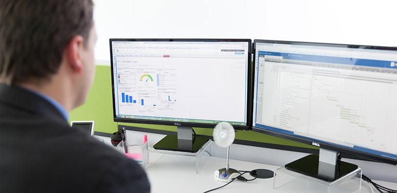 Berufstätiger Mann vor dem Computer