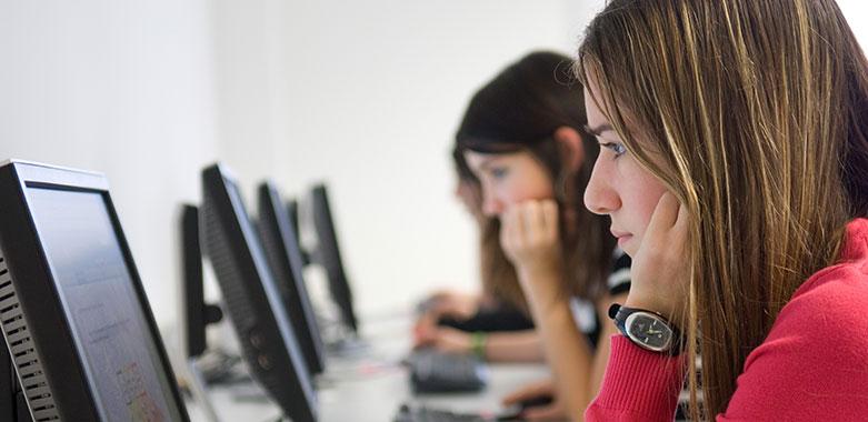 Jugendliche beim Lernen vorm Computer